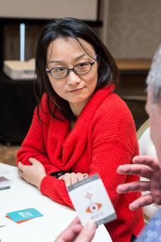 Une employée écoute son collègue lui expliquer la qualité qu'il apprécie le plus chez elle pendant une journée de consolidation d'équipe de Tourisme Montréal par Marie Deschene photographe pour Pakolla