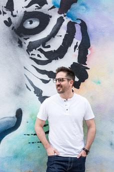 Photo portrait corporatif homme blanc brun Auré devant murale tigre multicolor employé développeur front end à Montréal par Marie Deschene photographe Pakolla