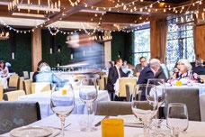 Client en plein dîner au restaurant italien le Ristorante Beatrice au centre-ville de Montréal photo prise par Marie Deschene photographe pour Tourisme Montréal