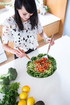 Photo de Julie Doan nutritionniste en lumière naturelle qui fait une salade repas par Marie Deschene photographe Pakolla à Montréal Canada