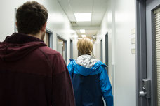Photo de deux personnes pendant la visite des bureaux d'une entreprise de Montréal prise par Marie Deschene photographe pour Pakolla