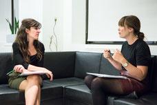 Deux femmes partagent des idées ensemble pendant un atelier sur le leadership organisé par Profession'Elle entreprise de Montréal photo prise par Marie Deschene pour Pakolla