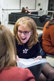 Une participante rit avec une autre pendant un atelier pour les femmes sur le leadership par Profession'Elle à Montréal au Québec prise par la photographe Marie Deschene chez Pakolla