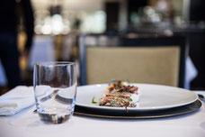 Plat de poisson à une table du Renoir le restaurant du Sofitel au centre-ville de Montréal photo prise par Marie Deschene photographe pour Tourisme Montréal