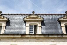 Fenêtres en bois d'une vieille maison avec un toit en ardoise Rochefort Sud-Ouest Charente-Maritime Région Nouvelle-Aquitaine France Europe photo par Marie Deschene photographe Pakolla