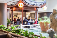 Des gens d'affaires en train de dîner au restaurant Chez Chine au centre-ville de Montréal photo prise par Marie Deschene photographe pour Tourisme Montréal