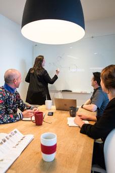 Une équipe de travail en réunion chez Tourisme Montréal photo prise par Marie Deschene photographe pour Pakolla
