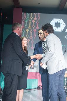 Des DG se félicitent après avoir gagné un prix pendant le congrès annuel de l'Association des Directrices et des Directeurs Généraux de Caisses Desjardins au Fairmont Mont-Tremblant photo de Marie Deschene photographe pour Pakolla