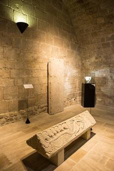 Salle d'exposition au musée du Donjon de Niort Région Nouvelle-Aquitaine France Europe photo intérieure pierre gravée par Marie Deschene photographe Pakolla