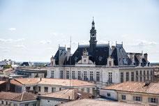 Vue de Niort et de la mairie depuis le toit du musée du Donjon Région Nouvelle-Aquitaine France Europe photo extérieure par Marie Deschene photographe Pakolla