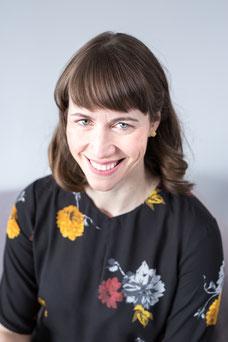 Photo portrait décontracté femme blanche professionnelle assise directrice adjointe partenariats Émilie Chabot au Conseil des arts de Montréal Canada par Marie Deschene photographe Pakolla