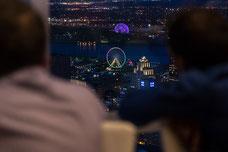 Vue de nuit de la Grande Roue et de la Biosphère depuis le Sommet de la Place Ville Marie pendant une soirée organisée par Tourisme Montréal pour promouvoir la ville comme destination touristique photo prise par Marie Deschene photographe pour Pakolla