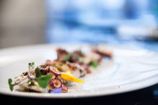 Plat gastronomique de poulpe au Renoir le restaurant du Sofitel au centre-ville de Montréal photo prise par Marie Deschene photographe pour Tourisme Montréal