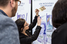 A representative of the Bank of Canada shows to differentiate a real note from a fake to two participants in the Quebec Quartier des Affaires CQAQ Congress Laval photo taken by Marie Deschene photographer for Pakolla
