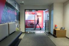 Photo de l'entrée des bureaux de Tourisme Montréal au centre-ville par Marie Deschene