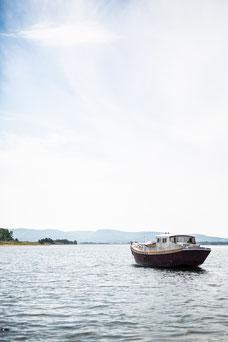 Photo été lac bateau ciel bleu et nuages Gaspésie Québec Canada par Marie Deschene photographe Pakolla