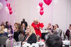 Une membre gagne un prix pendant la journée internationale de la femme organisé par le Réseau des Femmes d'Affaires du Québec (RFAQ) à Laval photo par Marie Deschene photographe pour Pakolla