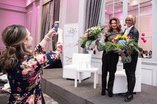 Johanne Boivin chef de la marque Céline Dion reçoit des fleurs pendant la journée internationale de la femme organisé par le Réseau des Femmes d'Affaires du Québec (RFAQ) à Laval photo par Marie Deschene photographe pour Pakolla