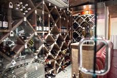 Photo d'un cellier rempli de bouteilles de vin dans le restaurant Le Pois Penché à Montréal prise par Marie Deschene photographe pour Pakolla