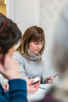 Une employée en pleine réflexion pendant une journée de team-building de Tourisme Montréal par Marie Deschene photographe pour Pakolla