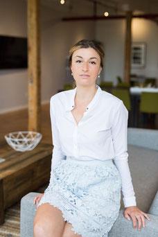 Portrait corporatif de Claudia Fofuca femme professionnelle en lumière naturelle de Montréal photo prise par Marie Deschene photographe pour Pakolla