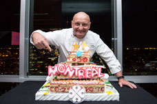 Le chef pâtissier Christian Faure avec un gâteau aux fraises pour le dessert de la soirée organisée par Tourisme Montréal pour promouvoir la ville comme destination touristique photo prise par Marie Deschene photographe pour Pakolla