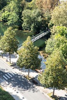 Vue de la Sèvre Niortaise et un pont depuis le toit du musée du Donjon Région Nouvelle-Aquitaine France Europe photo extérieure avec arbres verts par Marie Deschene photographe Pakolla