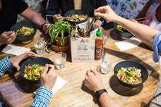 Photographie d'une table avec des plats et des clients du restaurant Hanna & Jenna du Vieux-Montréal par Marie Deschene pour Pür7 Marketing