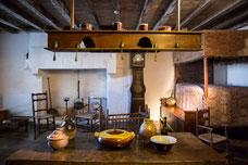 Maison typique du 19ième siècle au musée du Donjon de Niort Région Nouvelle-Aquitaine France Europe photo intérieure avec table et lit à la duchesse par Marie Deschene photographe Pakolla