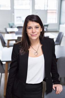 Portrait femme professionnelle blanche cheveux longs bruns Kim développeur algorithmes en machine learning photo par Marie Deschene photographe pour Pakolla