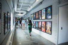 Photo d'un couloir du siège social du Cirque du Soleil par Texas Lyceum pendant leur passage à Montréal par Marie Deschene pour Pakolla