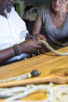 Atelier pratique pour apprendre à faire des noeuds marins au musée Corderie Royale Rochefort Sud-Ouest Charente-Maritime Région Nouvelle-Aquitaine France Europe photo intérieure par Marie Deschene photographe Pakolla