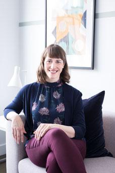 Portrait photo corporative femme blanche professionnelle assise sur canapé directrice adjointe philantropie Émilie Chabot au Conseil des arts de Montréal Canada par Marie Deschene photographe Pakolla