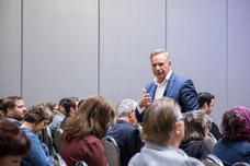 Photo d'un conférencier dans le public pendant le Congrès du Quartier des Affaires du Québec CQAQ par Marie Deschene