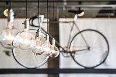 Photographie des lumières du Café Le Falco dans le Mile-End à Montréal pendant le festival FIKAS par Marie Deschene