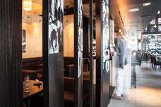 Un client curieux visite le restaurant Accords Le Bistro sur Sainte-Catherine au centre-ville de Montréal photo prise par Marie Deschene photographe pour Tourisme Montréal