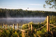 Photo de la brume sur le lac au lever du soleil dans la campagne autour de Rimouski prise par Marie Deschene photographe pour Pakolla