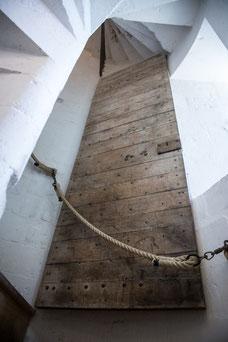 Escaliers en colimaçon du musée du Donjon de Niort Région Nouvelle-Aquitaine France Europe photo intérieure vieille porte par Marie Deschene photographe Pakolla