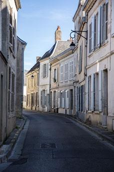 Rue de maisons de ville de Laon fortifications dans l'Aisne Région des Hauts-de-France France Europe photo extérieure été par Marie Deschene photographe Pakolla
