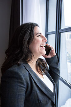 Portrait photo corporatif de Yasmina E. Jimenez de My Workshop en lumière naturelle femme d'affaires au téléphone de Montréal par Marie Deschene Pakolla