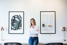 Portrait corporatif de Claudia Fofuca jeune femme professionnelle en lumière naturelle dans un Breather photo prise par Marie Deschene photographe pour Pakolla