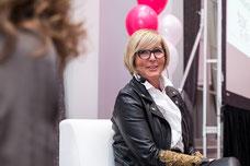 Photo de Johanne Boivin chef de la marque Céline Dion lors du panel de discussions pendant la journée internationale de la femme à Laval organisé par le Réseau des Femmes d'Affaires du Québec RFAQ prise par Marie Deschene