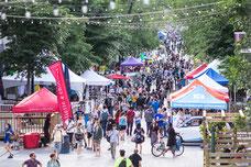 La foule et les stands des commerces sur Saint-Laurent, La Main à Montréal pendant le Festival MURAL photo prise par Marie Deschene photographe