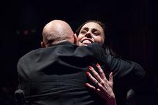 Une animatrice de soirée est embrassée par un participant pendant la soirée de lancement de la nouvelle programmation du Théâtre Desjardins à Montréal photo de Marie Deschene photographe pour Pakolla