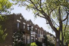 Appartements du Quartier de Villeray à Montréal au coin de la rue Guizot pendant l'été photo prise par Marie Deschene photographe pour Tourisme Montréal