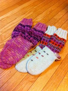 毛糸の手編みですよ〜半額セールで一足1000円也!!重ね履きの上にこれを履くと足元温温倍増で〜す☃