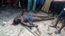 Membro della banda di Badoo ha ricevuto giustizia da una folla inferocita che lo ha linciato e bruciato vivo