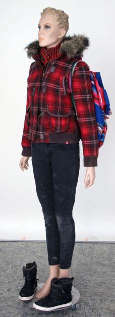 Foto einer Schaufensterpuppe mit der Kleidung des Opfers: Sie trug einen rot-schwarz gemusterten Anorak mit Fellkragen, dunkelblaue Jeans, dunkle Boots und einen auffälligen rot-blauen Turnbeutel oder Rucksack.