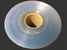 Der Durchmesser einer Rolle der durchsichtigen Folie aus Polypropylen. Die Folie ist auf ein Papprohr aufgerollt.