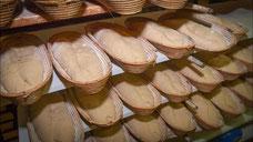 Handgewirktes Roggen und Weizen Mischbrot als Teig in Brotformen vor dem Backen